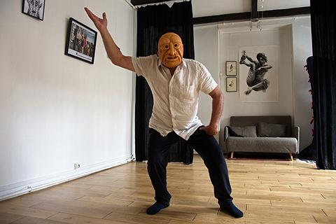 Stage de masques expressifs, improvisation avec le masque de Edgar réalisé par Patrick Forian