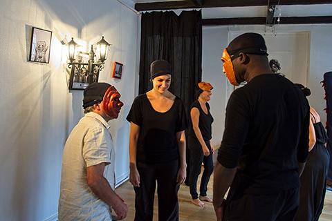 Stage de masques expressifs, deux élèves acteurs étudient des masques et personnages
