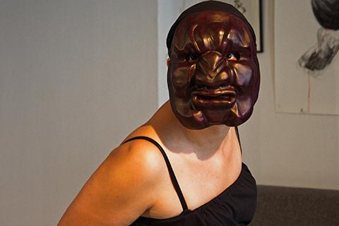 Stage de masques expressifs, improvisation avec le masque de Crotus réalisé par Patrick Forian