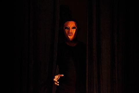 Stage de masques expressifs, improvisation avec le masque de May réalisé par Patrick Forian