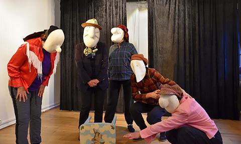 Improvisation avec des masques larvaires : scène à plusieurs personnages